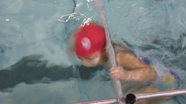 Une sance de natation la piscine de fives for Danse passer sous une barre